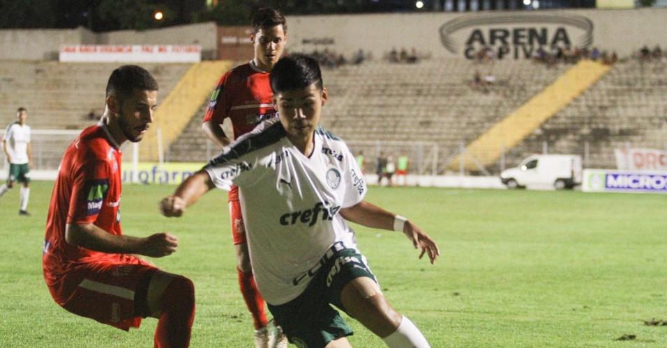 Sasaki carrega bola durante partida entre Palmeiras e Capivariano 9261ce9479643