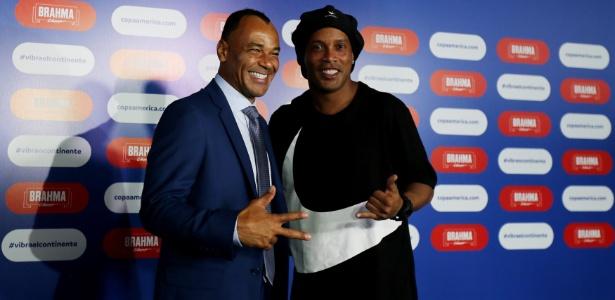 Cafu e Ronaldinho Gaúcho antes do sorteio da Copa América - Sergio Moraes/Reuters