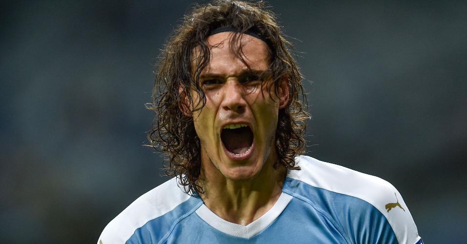 Cavani comemora gol do Uruguai contra o Equador