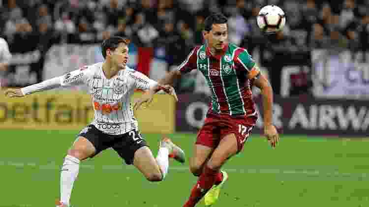 Mateus Vital e Ganso disputam a posse de bola durante confronto entre Corinthians e Fluminense - Daniel Vorley/AGIF