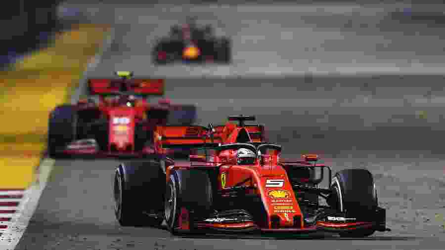 Sebastian Vettel puxa a fila seguido de perto por Charles Leclerc no Grande Prêmio de Singapura - Lars Baron/Getty Images