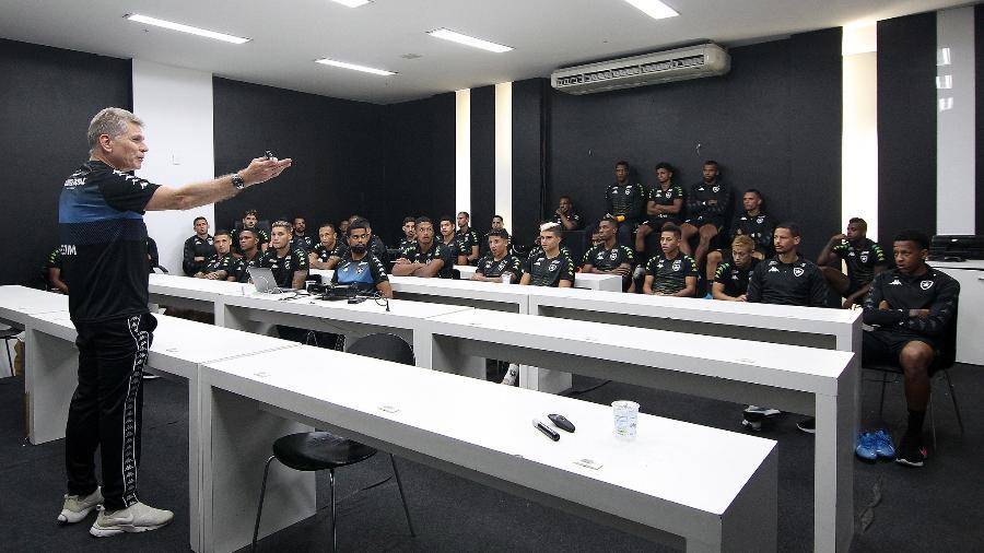 Técnico Paulo Autuori conversa com seus jogadore spela primeira vez na sala de imprensa do Botafogo - Vitor Silva/BFR