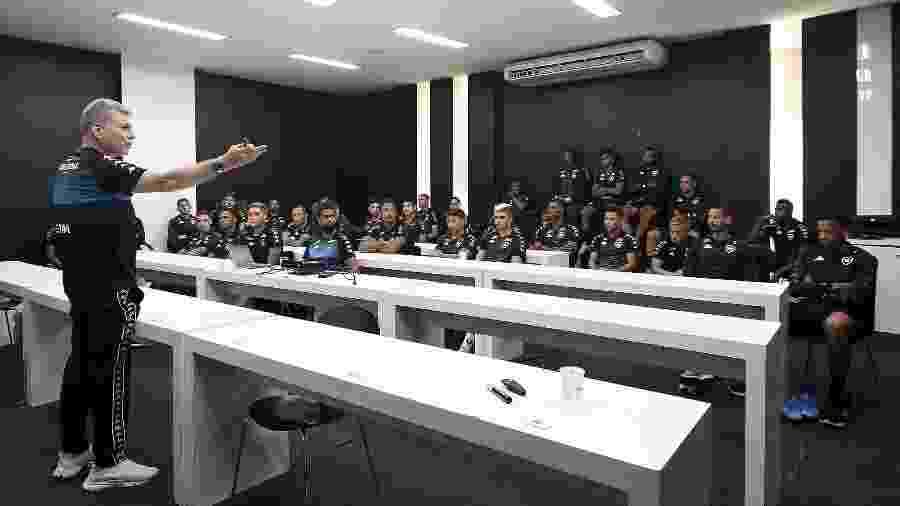 Técnico Paulo Autuori conversa com seus jogadores pela primeira vez na sala de imprensa do Botafogo - Vitor Silva/BFR