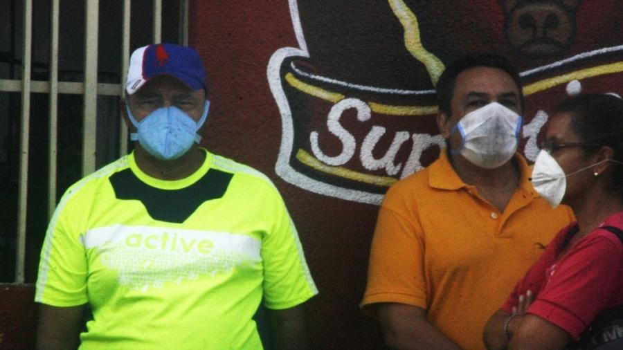 Pessoas usam máscara na Venezuela; FMI prevê contração de 20% do PIB do país - Humberto Matheus/NurPhoto via Getty Images