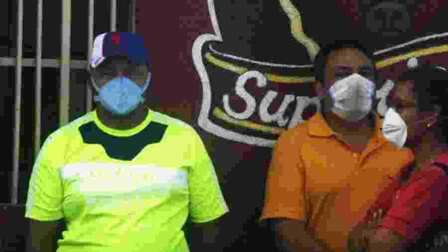 16.mar.2020 - Pessoas usam máscara durante pandemia do novo coronavírus em Maracaibo, na Venezuela - Humberto Matheus/NurPhoto via Getty Images