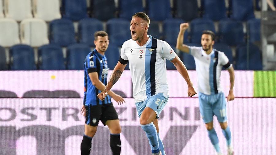 Sergej Milinkovic-Savic comemora gol da Lazio; jogador é alvo do Chelsea - REUTERS/Alberto Lingria