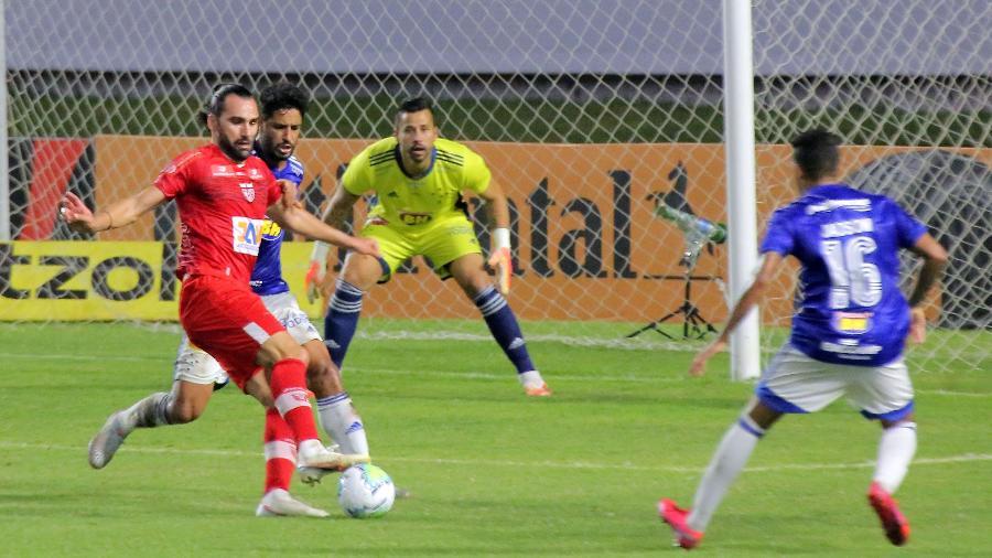 O atacante Léo Gamalho, ainda pelo CRB, foi o carrasco do Cruzeiro no ano passado  - Itawi Albuquerque/AGIF