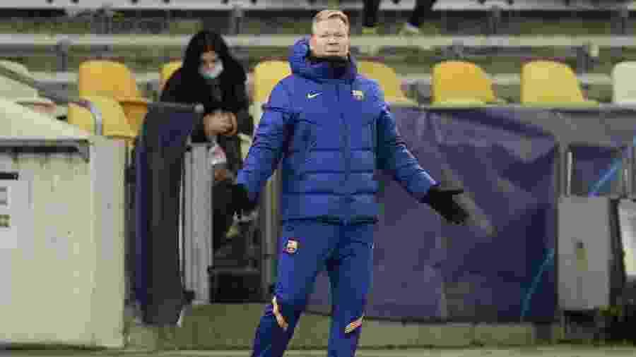 O técnico do Barcelona, Ronald Koeman, orienta o time durante jogo da Liga dos Campeões contra o Dínamo de Kiev - Valentyn Ogirenko/Reuters