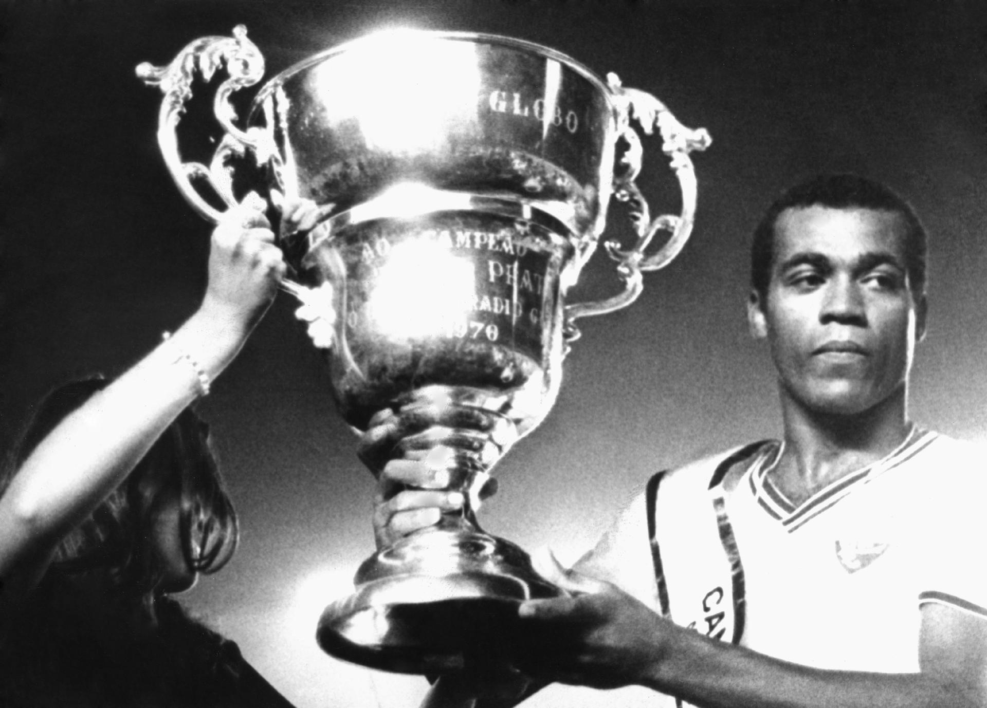 O capitão do time do Fluminense, Denílson levanta o troféu conquista da Taça de Prata (antigo Campeonato Brasileiro de Futebol), após empate com o Atlético Mineiro por 1 a 1 em jogo realizado no estádio do Maracanã