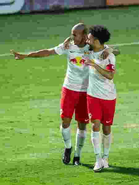 Ytalo e Claudinho comemoram gol do Red Bull Bragantino em jogo contra o Atlético-GO - Diogo Reis/AGIF - Diogo Reis/AGIF