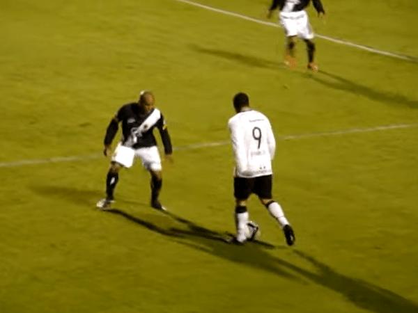 Ronaldo e Amaral, frente a frente, momentos antes de um drible de corpo inacreditável