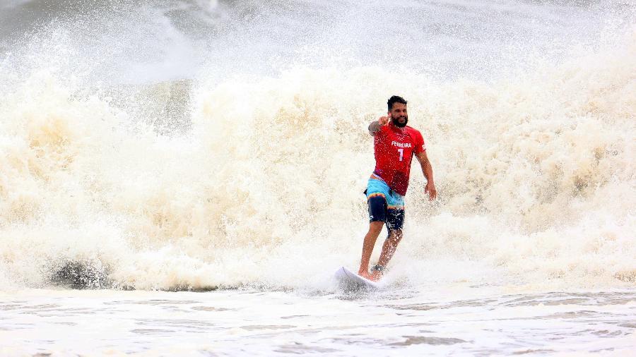 Ítalo Ferreira comemora após completar aéreo nas quartas de final do surfe masculino nas Olimpíadas - REUTERS/Lisi Niesner