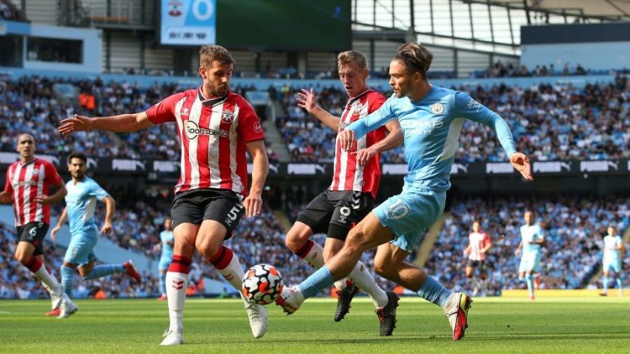 Grealish encara a marcação do Southampton no Campeonato Inglês  - Reprodução/Twitter @ManCityPT