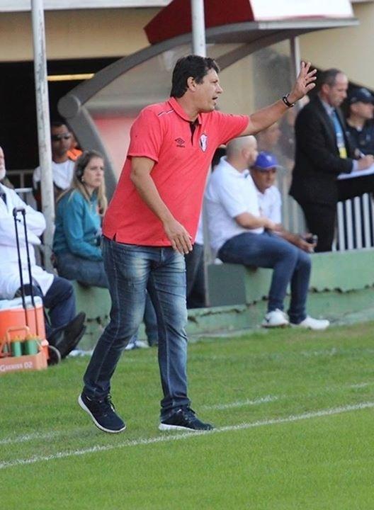Técnico Adilson Batista orienta o time do Joinville à beira do gramado
