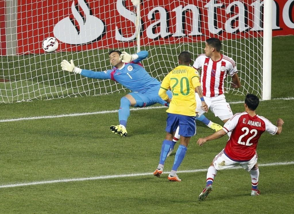 Robinho chuta para abrir o placar em prol do Brasil contra o Paraguai na Copa América