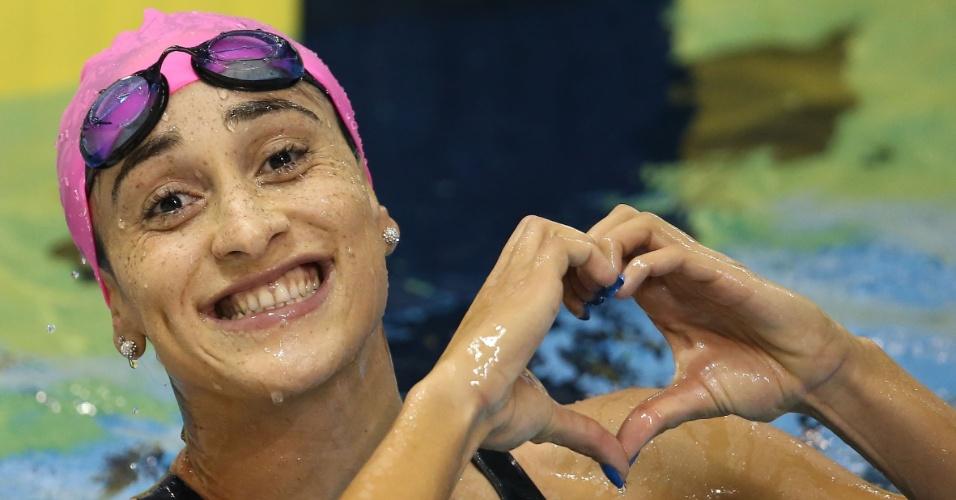 Daynara de Paula faz coração com a mão depois da bateria eliminatória dos 100m borboleta