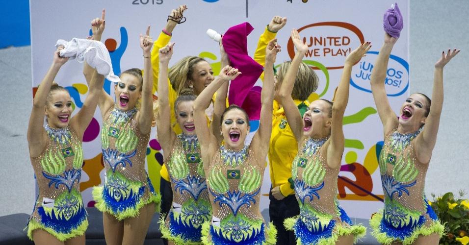 Equipe brasileira comemora a medalha de ouro na ginástica rítmica por equipes