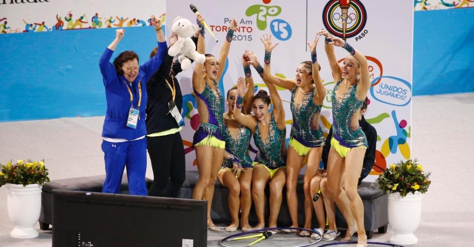 Equipe dos Estados Unidos comemora depois de ver a nota que as colocou na primeira colocação final com arcos e maças da ginástica rítmica