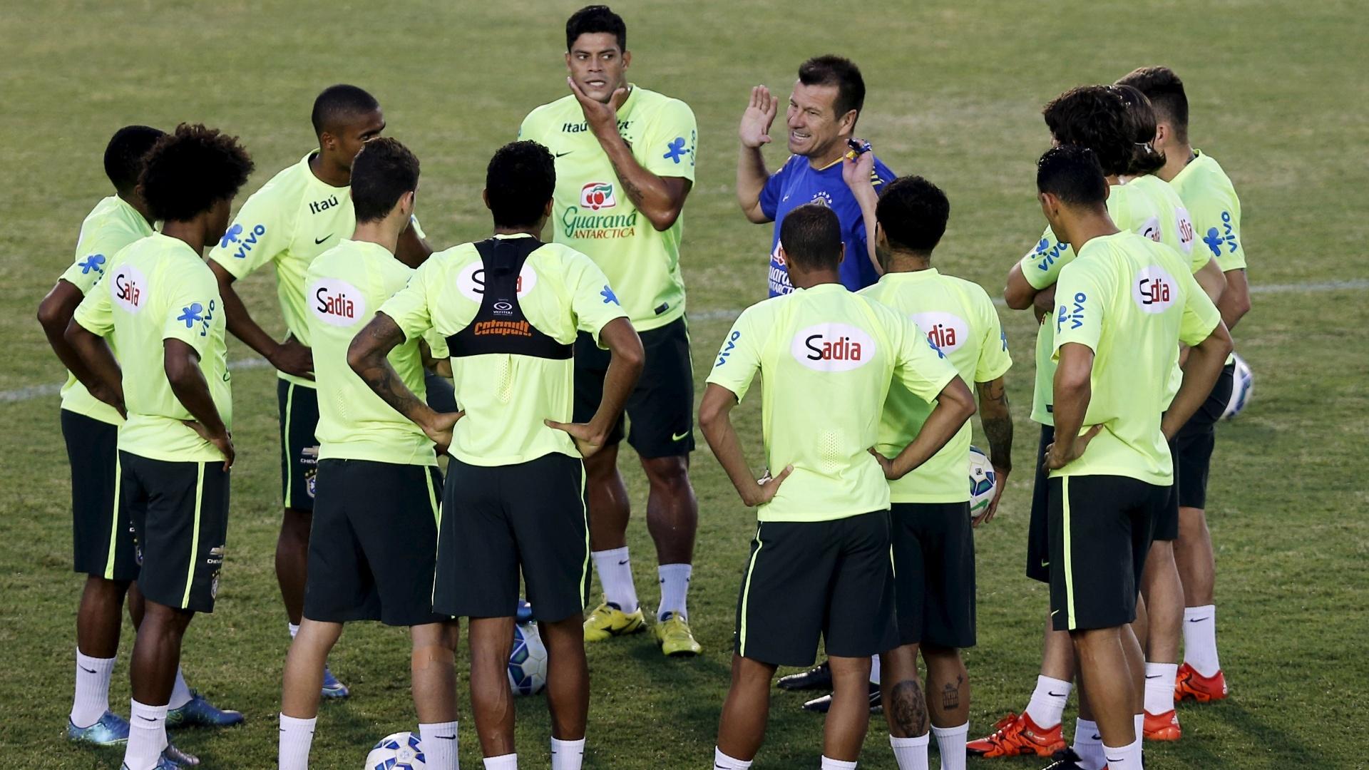 Jogadores da seleção brasileira se reúnem com o técnico Dunga durante treino em Fortaleza para as Eliminatórias Sul-americanas