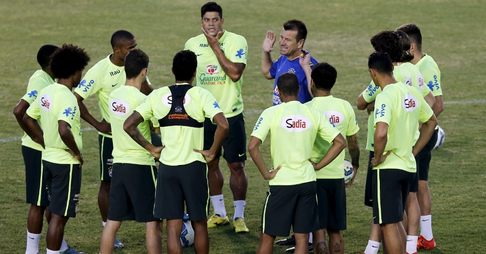 f5f3724022368 Jogadores da seleção brasileira se reúnem com o técnico Dunga durante  treino em Fortaleza para as