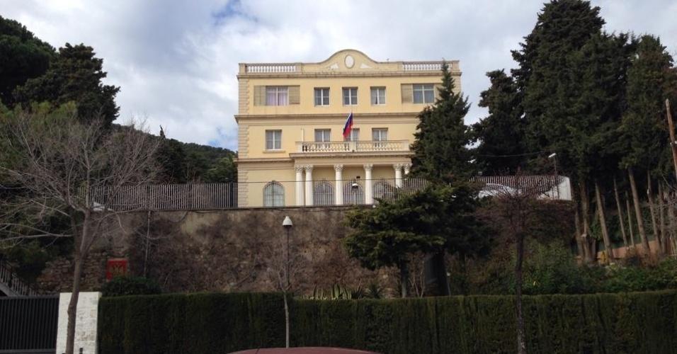 No fim da rua está localizado o consulado russo e são raras as possibilidades de comércio na região