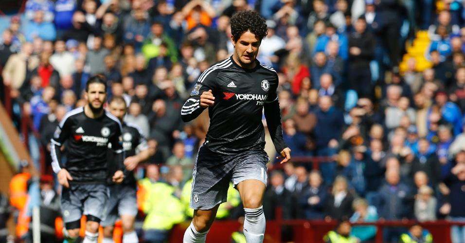 02.abr.2016 - Alexandre Pato conduz a bola em sua estreia pelo Chelsea contra o Aston Villa