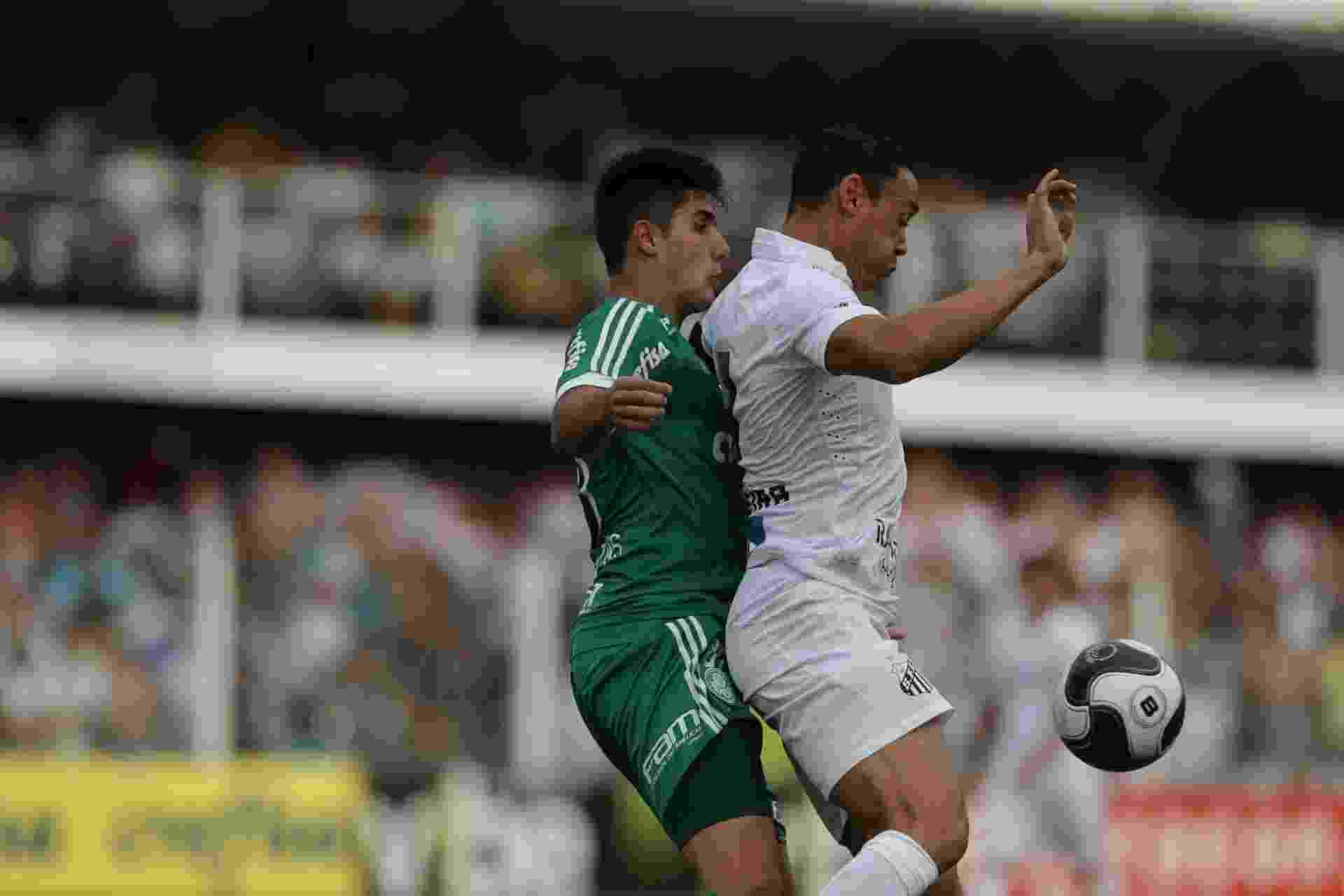 Thiago Martins disputa bola com Ricardo Oliveira no clássico entre Palmeiras e Santos, no Paulistão - Danilo Verpa/Folhapress