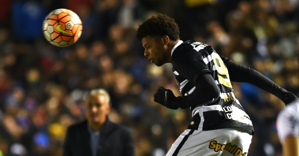 André sobe de cabeça em disputa de bola no jogo do Corinthians contra o Nacional-URU, na Libertadores