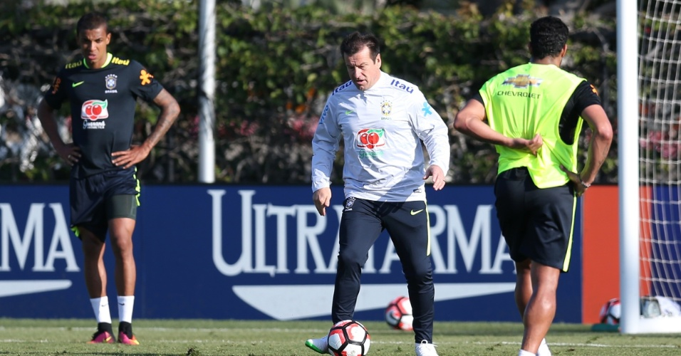 Dunga dá orientações para seus jogadores no primeiro treino com bola da seleção
