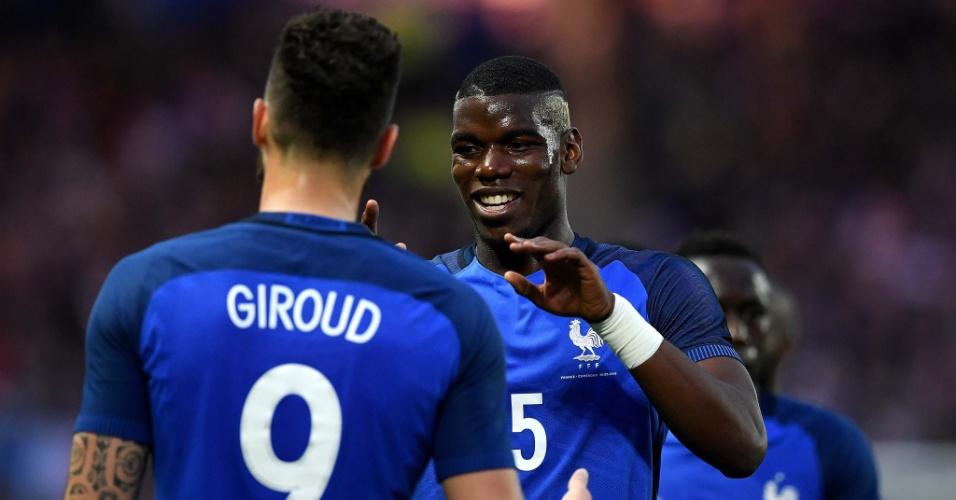 Pogba e Giroud comemoram o segundo gol da França sobre Camarões