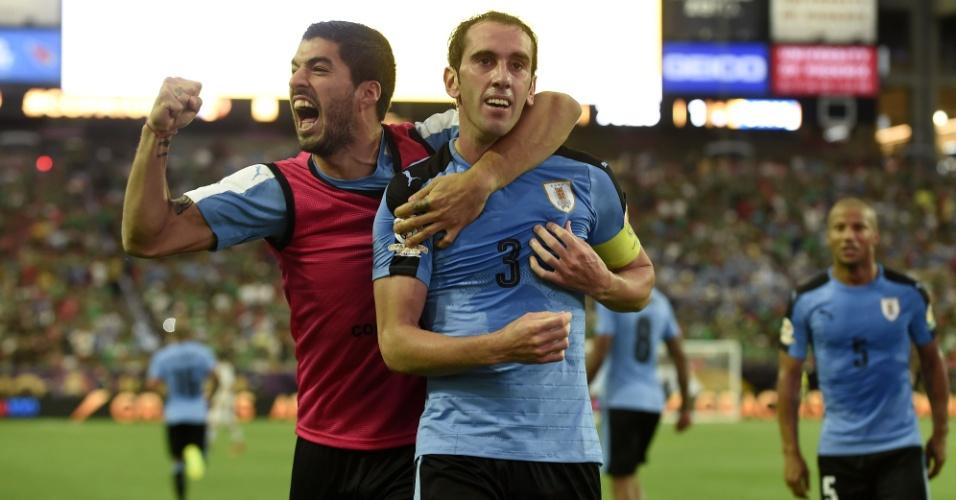 Godín comemora empate do Uruguai com Suárez