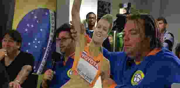 Jornalistas holandeses seguram imagem de Dafne Schippers em coletiva do Vasco - Bruno Braz / UOL Esporte