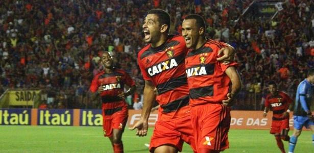 Diego Souza (e) não treinou, mas deve jogar domingo; Serginho está suspenso