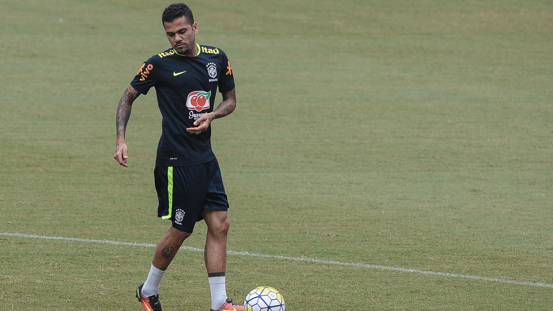 Daniel Alves participa de treino da seleção brasileira