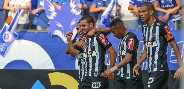Clayton comemora terceiro gol dele pelo Atlético-MG em clássicos, o primeiro contra o Cruzeiro