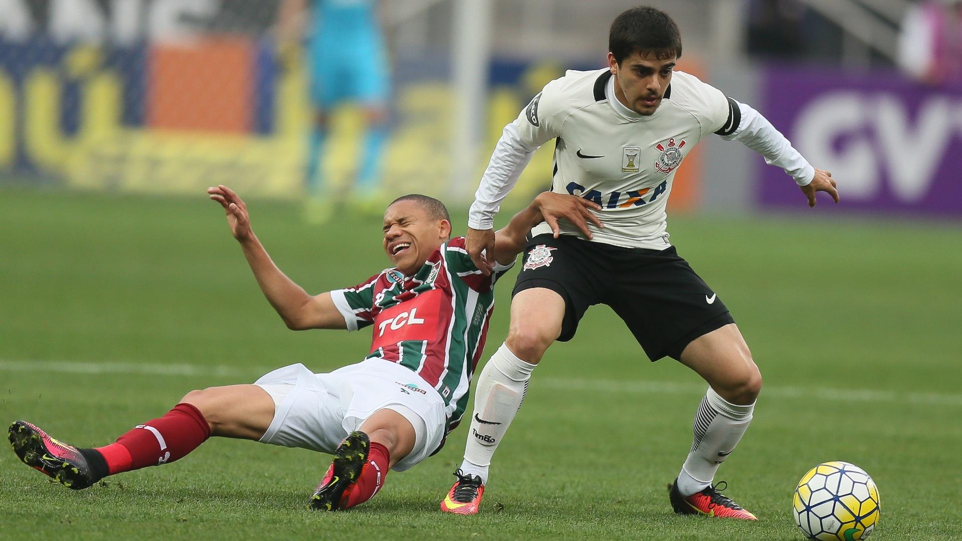 Marcos Júnior e Fagner disputam bola em jogo entre Corinthians e Fluminense