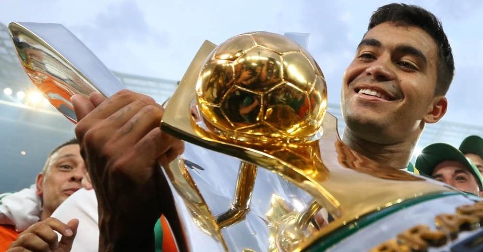 Dudu olha troféu Campeonato Brasileiro