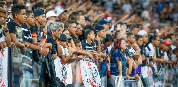 Torcedores do Corinthians assistem á partida contra o Santo André em Itaquera