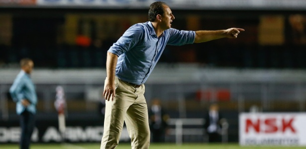 Rogério Ceni passa instrução para a equipe