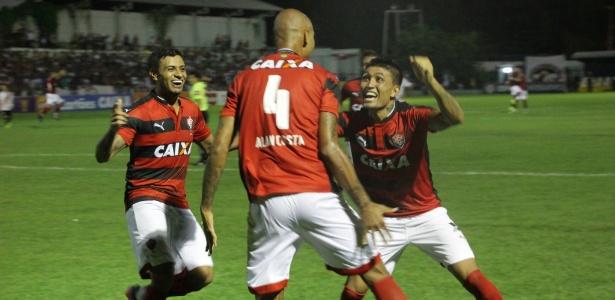 Jogadores do Vitória comemoram gol de Alan Costa, o segundo sobre o River