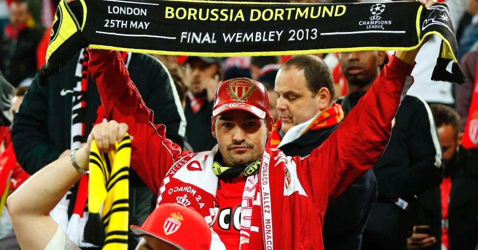 Torcedor do Monaco exibe faixa do Borussia em solidariedade ao rival