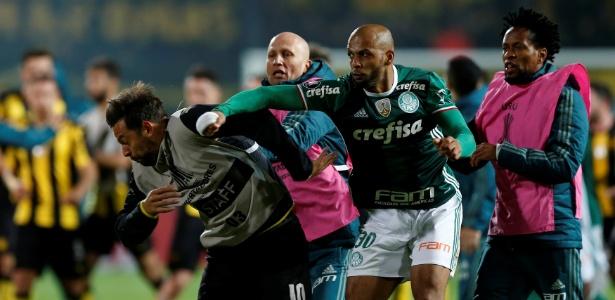 Felipe Melo e três do Peñarol pegam três jogos de suspensão por confusão na Libertadores