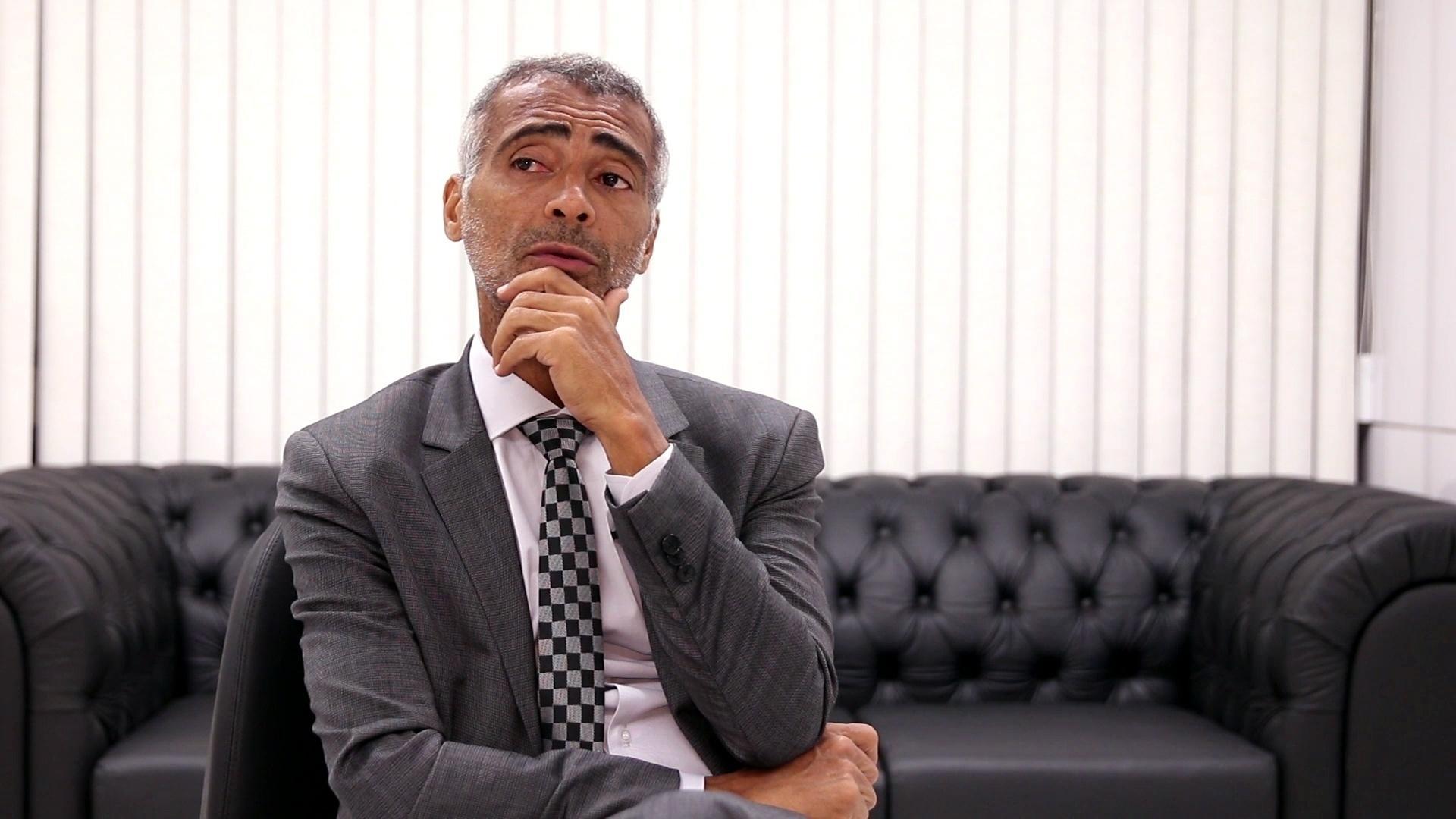 Romário dá entrevista ao UOL Esporte em seu gabinete no Senado