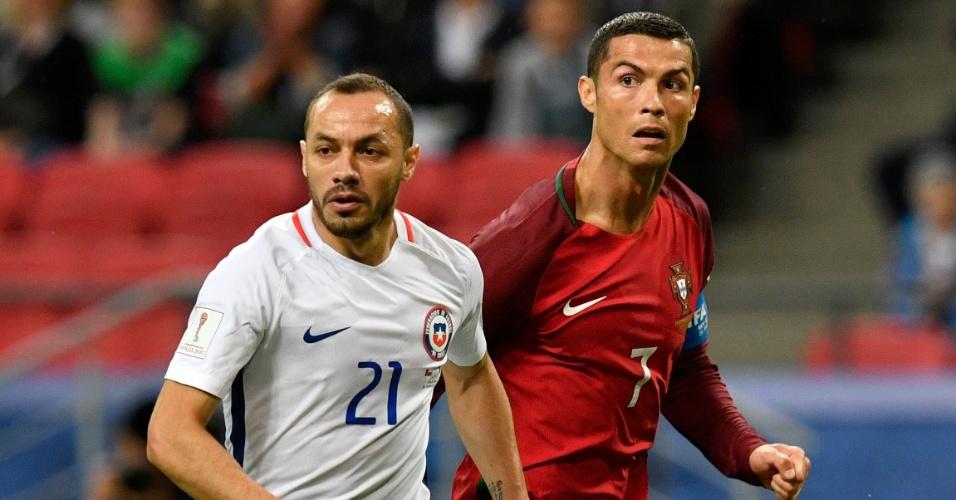 Cristiano Ronaldo e Marcelo Diaz, durante a partida entre Portugal e Chile