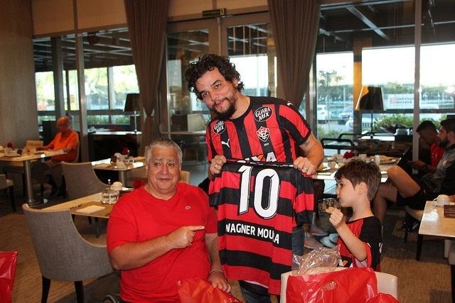 Agenor Gordilho, presidente do Vitória, entrega camisa para o ator e diretor Wagner Moura