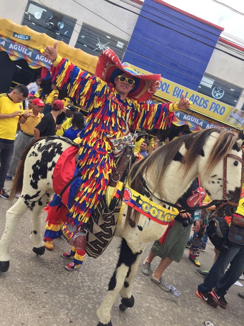 Clima de festa marca horas anteriores ao duelo entre Colômbia e Brasil