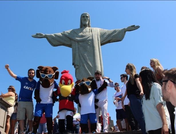 Os mascotes de Flamengo e Cruzeiro estiveram no Cristo Redentor nesta quarta-feira (6)