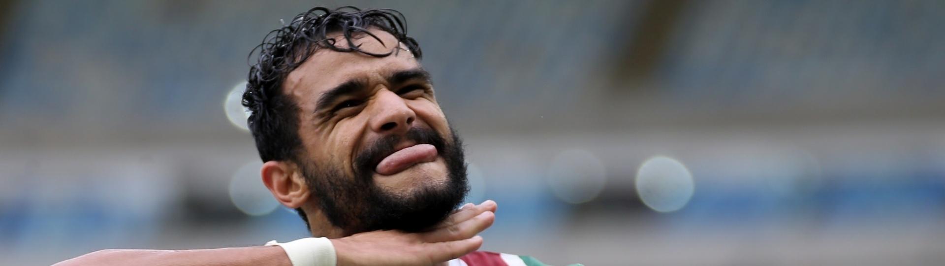 Ceifador: Henrique Dourado finge cortar a própria cabeça em gol do Fluminense sobre o Avaí