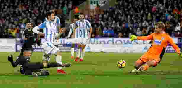 Gabriel Jesus finaliza antes do gol de Sterling contra o Huddersfield - Carl Recine/Reuters - Carl Recine/Reuters