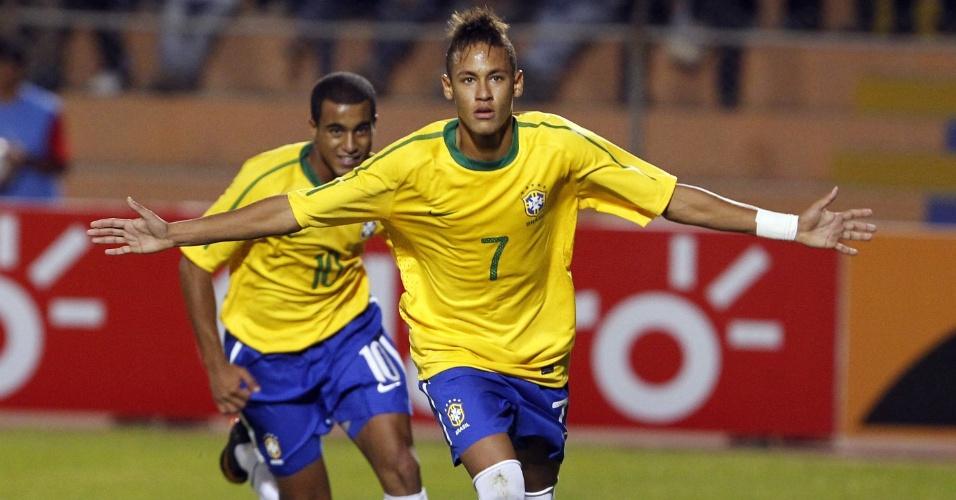O atacante Neymar (frente), comemora seu gol sequido de Lucas, durante partida do Campeonato Sul-Americano Sub-20, em janeiro de 2011